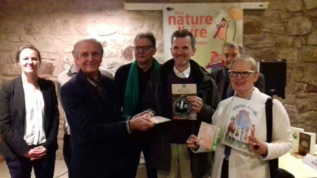 En présence des organisateurs, Axel Khan parrain du salon a remis le Prix du Livre jeunesse à Yo Tuerllnx-Rouxel et le Prix du jury à Pascal Gerold
